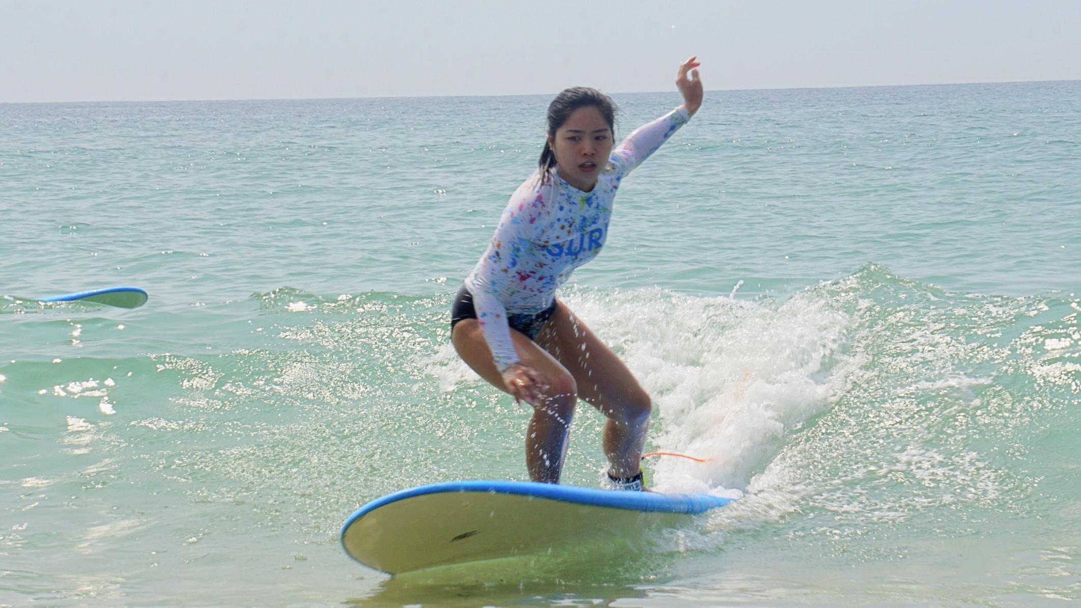 女孩子也是很适合冲浪运动,别有一番风情