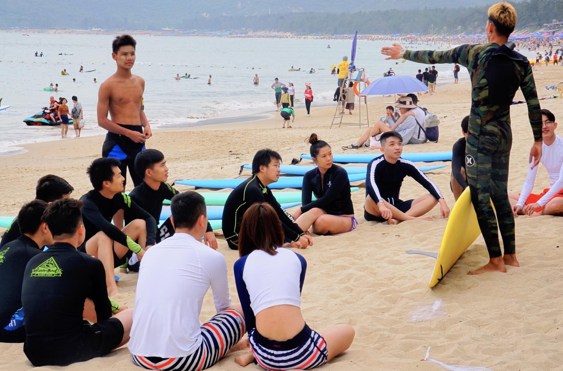 教练手把手教学让你快速掌握冲浪的技巧和方法
