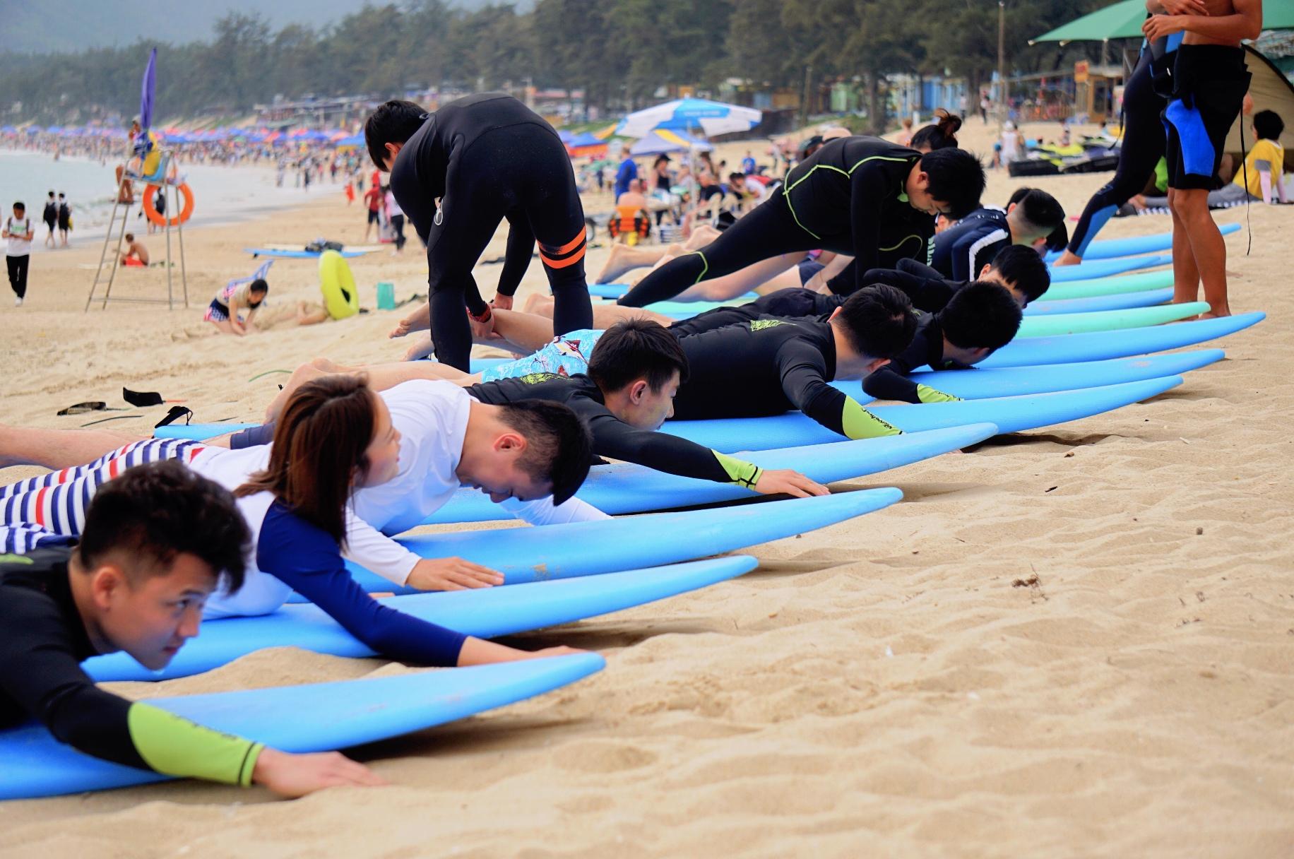 零基础学员在深圳西冲沙滩上进行学习