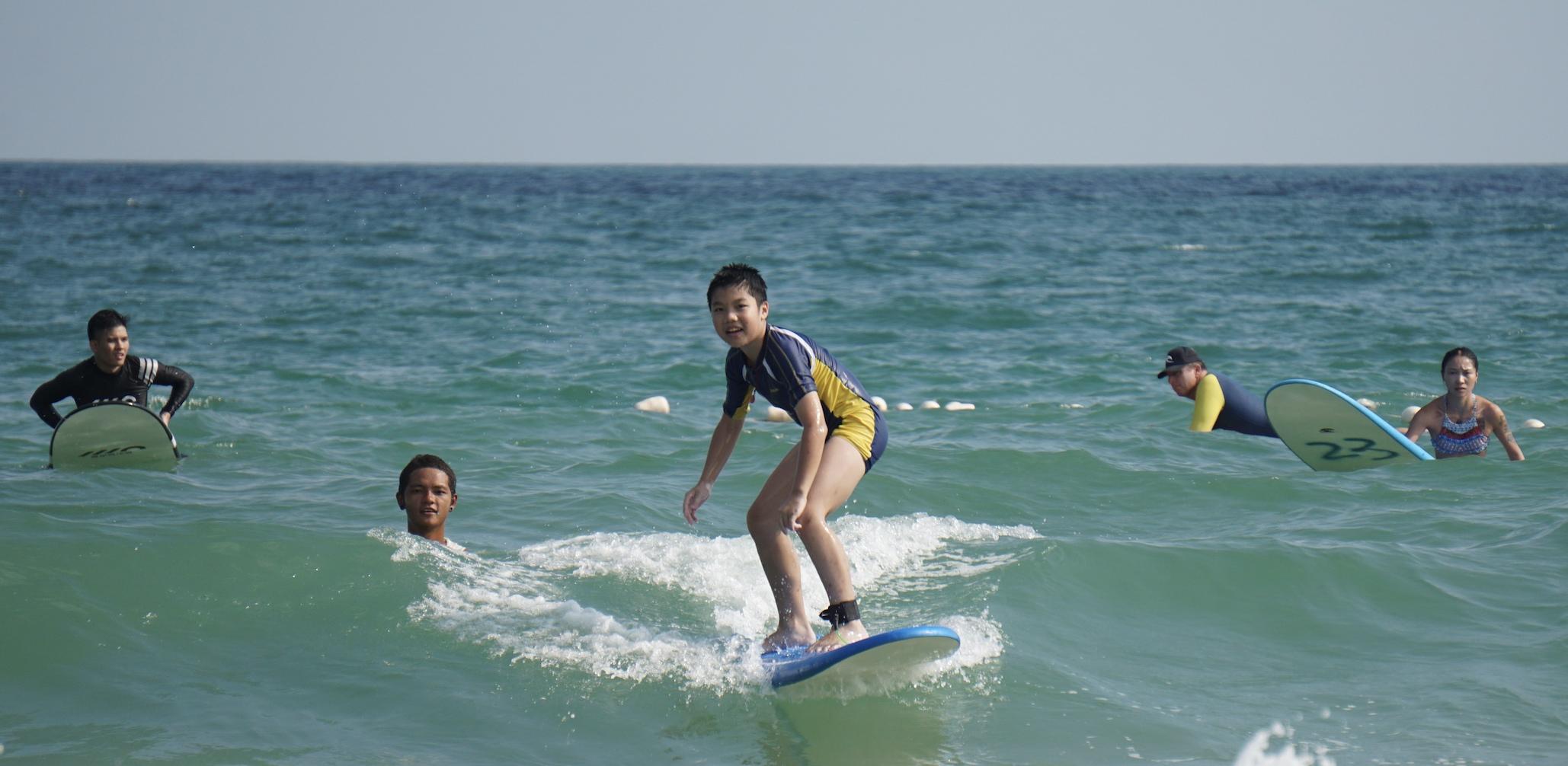 12岁小孩子也可以在海上愉快的冲浪征服大海