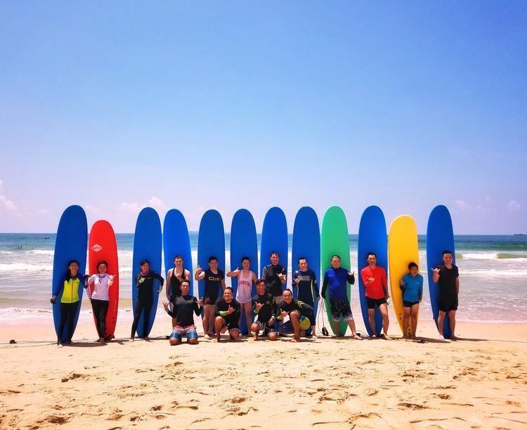 和伙伴们一起享受海边冲浪的乐趣